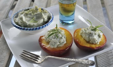Rosemary peaches with mascarpone and blue cheese