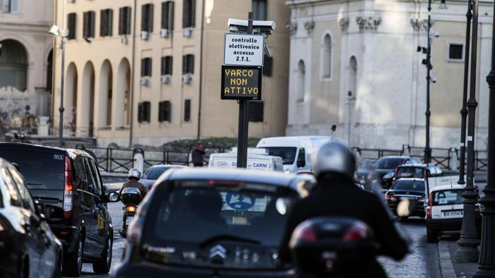 La Multa? Costa meno del permesso per evitarla (The Fine? It costs less than the permesso to park legally